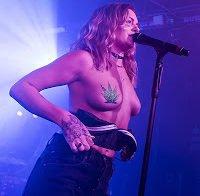 Tove Lo dá concerto em topless
