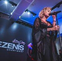 Rita Ora em lingerie dá concerto em Portugal