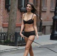 Emily Ratajkovski passeia o cão em lingerie