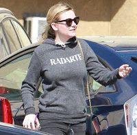 Kirsten Dunst passeia sem sutiã