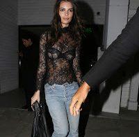 Emily Ratajkowski com blusa transparente