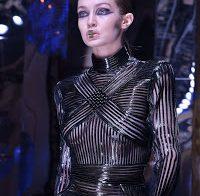 Gigi Hadid desfila com roupa transparente