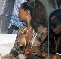 Rihanna sexy junto a piscina