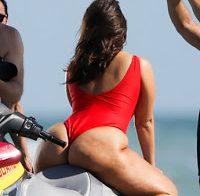Ashley Graham de fato de banho na praia
