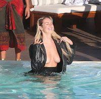 Candice Swanepoel decotada na piscina