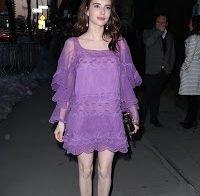 Emma Roberts mostra as suas pernas