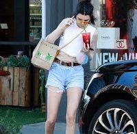 Kendall Jenner com calções curtos