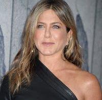 Os mamilos de Jennifer Aniston quase atravessam cabedal