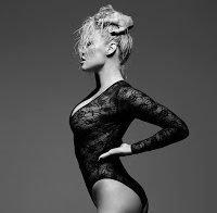 Pamela Anderson continua sensual (lingerie em 2017)