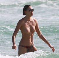 Alina Baikova em topless na praia