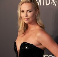 Charlize Theron abusa no decote