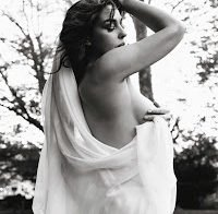 Monica Belluci continua a exibir-se em topless