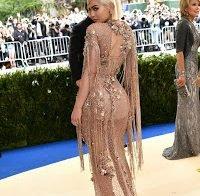 Kendall e Kylie Jenner usam vestidos transparentes