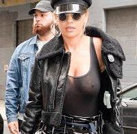 Rita Ora mostra mamas (roupa transparente)