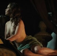 As mamas de Emilia Clarke topless (2017)