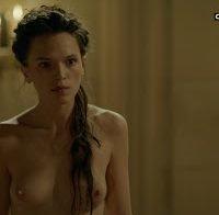 Anna Brewster nua na série Versailles
