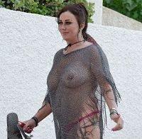Lisa Appleton com roupa transparente