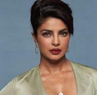 Priyanka Chopra e o seu decotástico na promoção do filme Baywatch