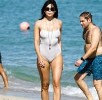 Daisy Lowe na praia a dar nas vistas
