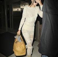 Kendall Jenner com um belo fato que não esconde nada