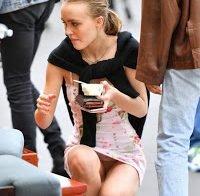 Lily-Rose Depp descuida-se e mostra as cuecas