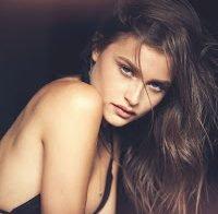 Lexi Wood nua em sessão fotográfica