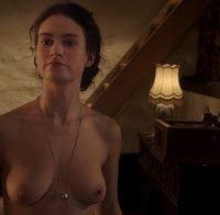 """Lily James nua no filme """"The Exception"""""""