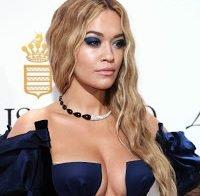 Mega decote de Rita Ora