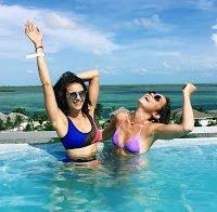 Nina Dobrev descontraída na piscina