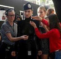 Bella Hadid desfila com seios à mostra