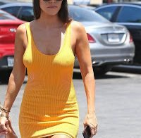 Kourtney Kardashian passeia sem soutiã