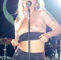 Tove Lo faz topless em concerto