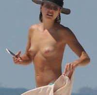 Ashley Hart topless na praia