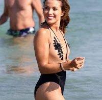 Catarina Sikiniotis usa fato de banho provocante (apresentadora FamaShow)