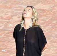 Kate Moss com roupa transparente