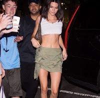 Kendall Jenner passeia sem soutien