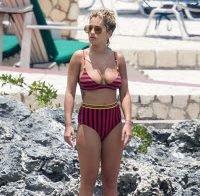 Rita Ora usa biquini estranho