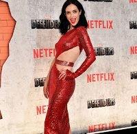 Krysten Ritter a mostrar o corpo de vestido vermelho