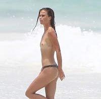 Niamh Adkins em topless