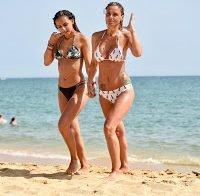 Filipa de Castro na praia com a filha (HQ)