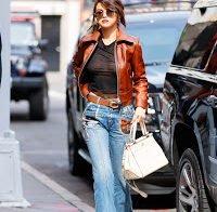 Selena Gomez usa blusa transparente