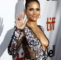 Halle Berry de decote abusado