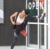 Kat Graham sexy em roupa de desporto