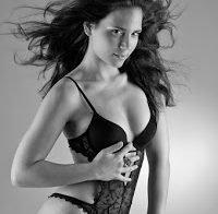 Olivia Ortiz sensual de lingerie (2009)