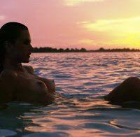 As mamas de Alessandra Ambrosio topless (2017)