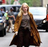 Emma Stone sai à rua sem soutien e com frio