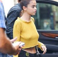 Selena Gomez fica bem sem soutien (em duas ocasiões)