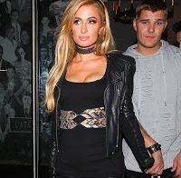 Paris Hilton com um decote sugestivo