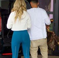 Kim Zolciak sexy de calças azuis