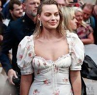 Margot Robbie aparece com um decote maravilhoso